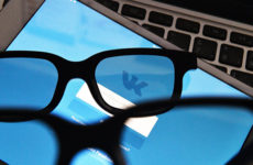 Социальная сеть «ВКонтакте» одевает футбольных фанатов в шапки-ушанки